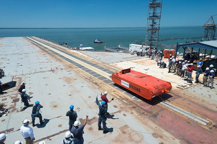 Một thành phần không thể thiếu trên boong tàu sân bay chính là hệ thống phóng máy bay (catapult).