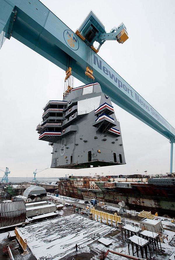 Cần trục cỡ lớn Big Blue tại xưởng đóng tàu Newport News Shipbuilding.