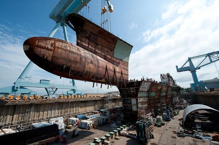 Còn đây là phần dưới mũi tàu của USS Gerald R. Ford, nó có trọng lượng khoảng 680 tấn.