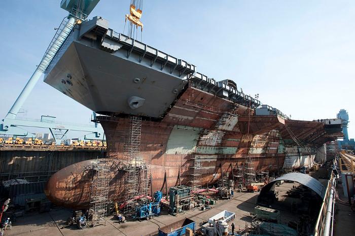 Cần trục tại Newport New Shipbuilding đang tiến hành lắp ghép phần trên mũi tàu nặng 787 tấn.