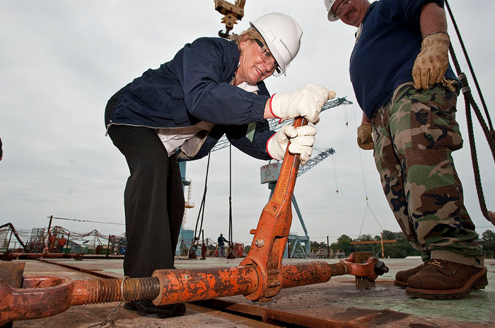 Susan Ford - con gái của Gerald R. Ford kiêm nhà tài trợ danh dự đã dến thăm con tàu mang tên cha vào năm 2011.