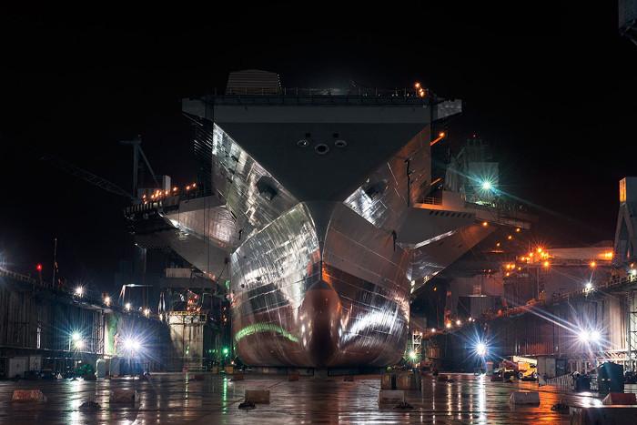 Sơn là một công đoạn quan trọng trong quá trình hoàn thiện mọi con tàu.