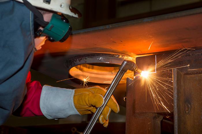 Cần đến 2000 tấn kim loại chỉ để hàn các thành phần của tàu với nhau.