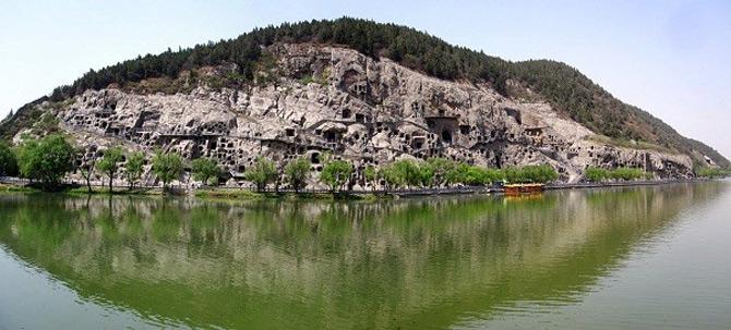 Hang đá Long Môn nằm trên vách núi dựng đứng trên thung lũng Long Môn