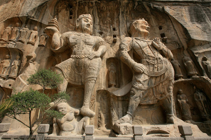Theo nghiên cứu của các nhà khoa học Trung Quốc, Long Môn động có 2.345 hang động và hốc, 2.800 câu thơ chạm khắc, 50 tháp Phật, 100.000 pho tượng Phật
