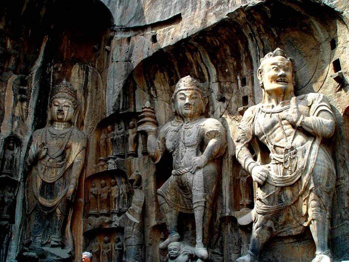 Hang giữa Tân Dương là tập hợp nhiều tác phẩm tiêu biểu của thời Bắc Ngụy (năm 386 - 512 ).