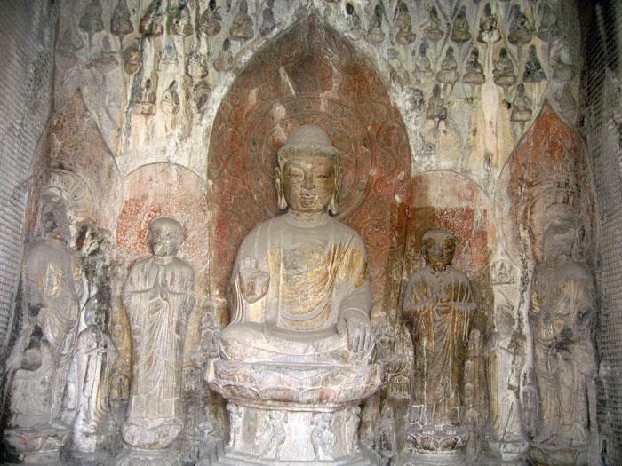 Hang này thi công trong suốt 24 năm mới hoàn thành, là hang khắc tạc trong thời gian lâu nhất. Trong hang có 11 pho tượng Phật lớn