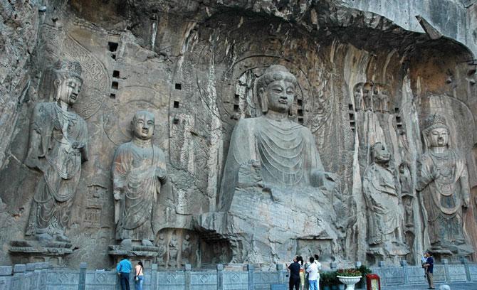 Tất cả cụm điêu khắc trong chùa Phụng Tiên là một chỉnh thể nghệ thuật hết sức hoàn mỹ, trong đó phải kể đến pho tượng Phật Lư Sá (Vairocana) là một kiệt tác nghệ thuật tuyệt hảo.