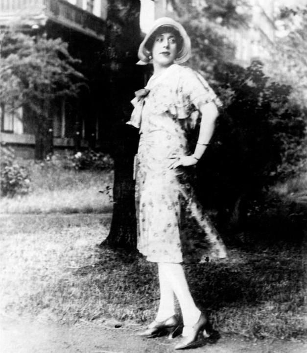 Sau ca phẫu thuật chuyển giới đầu tiên, Einar Wegener chính thức đổi tên thành Lili Elbe.