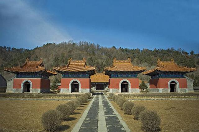 Lăng tẩm hoàng gia nhà Minh – Thanh gồm nhiều công trình như Hiển Lăng, Đông Lăng và Tây Lăng nhà Thanh.