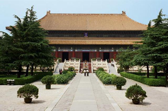 Những ngôi mộ trong lăng tẩm hoàng gia nhà Minh – Thanh là những đại diện nơi mà truyền thống của những thế hệ trước là cơ sở cho sự phát triển của những thế hệ tiếp theo.