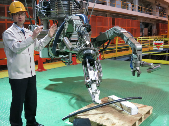 Toàn bộ công việc được điều khiển từ xa và giám sát bằng rất nhiều camera gắn trên robot.