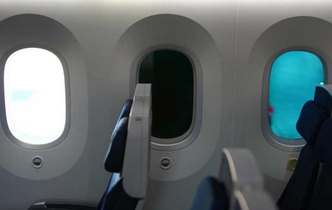 Cửa sổ máy bay có hình oval.
