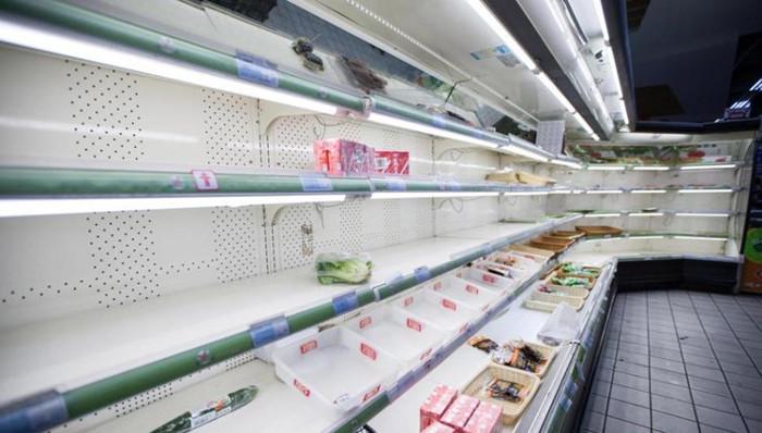 Hàng hóa tại siêu thị hết veo khi người dân đổ xô mua tích trữ trước đợt lạnh mạnh.