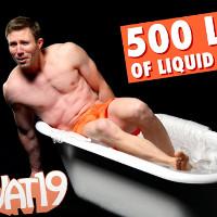 Video: Ngâm mình vào bồn tắm chứa đầy thủy tinh lỏng