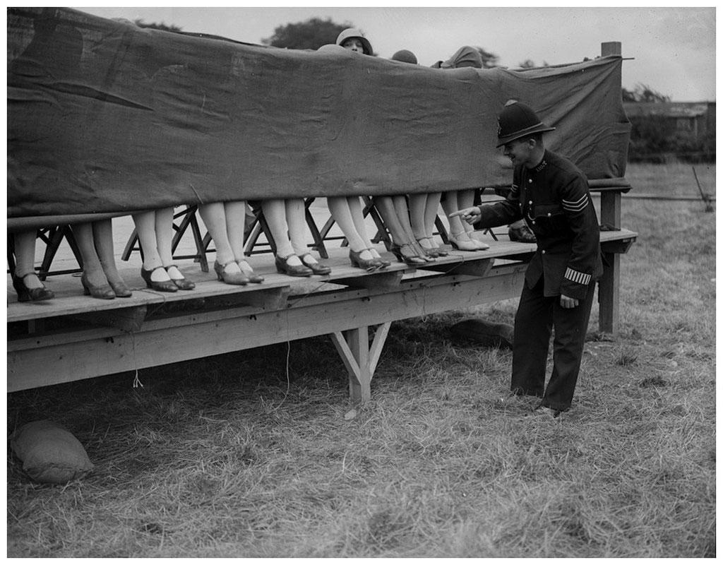 Vào năm 1930, đã là người đẹp thì mắt cá chân cũng phải đẹp. Bởi thế có gì sai khi ta tổ chức cuộc thi sắc đẹp thi xem mắt cá ai đẹp nhất tại London cơ chứ.