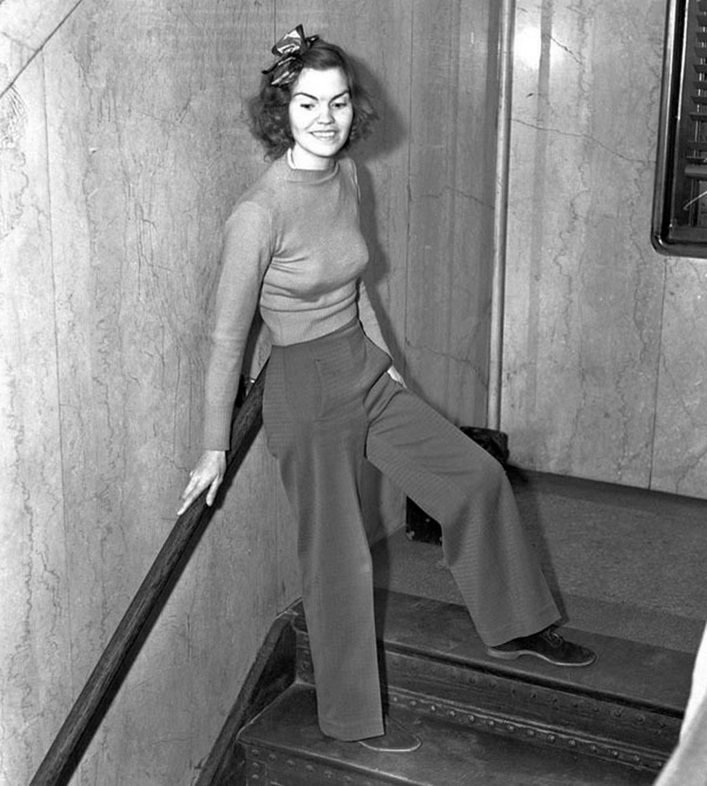 """Đâu phải cứ phải đẹp thì mới nổi tiếng cơ chứ. Chỉ vì kiên quyết mặc quần không chịu mặc váy tới dự tòa ở Los Angeled vào năm 1938 mà cô giáo Helen Hulick trở nên """"vang bóng một thời"""". Kết quả của sự kiên quyết này mà cô đã bị giam giữ trong tù tới 5 ngày."""