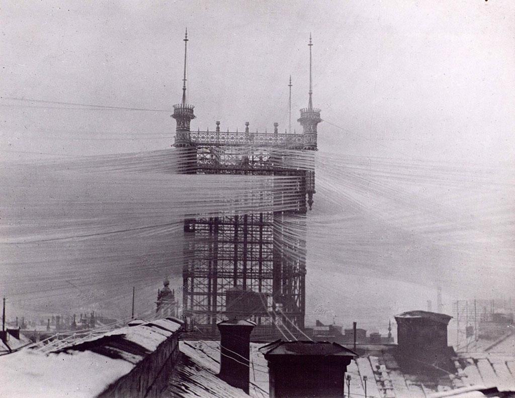 Tháp điện thoại ở Stockholm (Thụy Điển) trông như mạng nhện với khoảng 5.000 đường dây diện được sử dụng từ năm 1887 - 1913. Tuy nhiên tòa tháp đã bị sập trong một vụ cháy vào năm 1953.