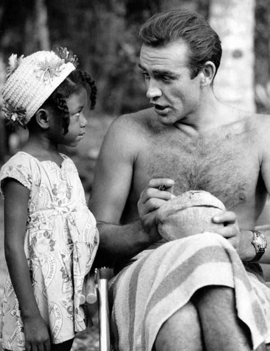 """Chỉ cần fan muốn, Sean Connery sẵn sàng ký tên vào quả dừa tặng fan trong khi quay phim """"Dr. No"""" ở Jamaica vào năm 1962."""