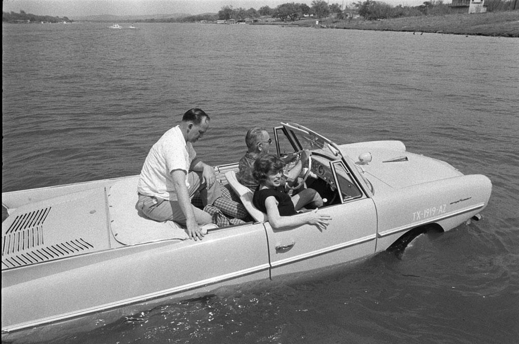 Tổng thống Lyndon B. Johnson trải nghiệm lái chiếc xe có khả năng lội nước độc đáo đầu tiên này vào năm 1965.