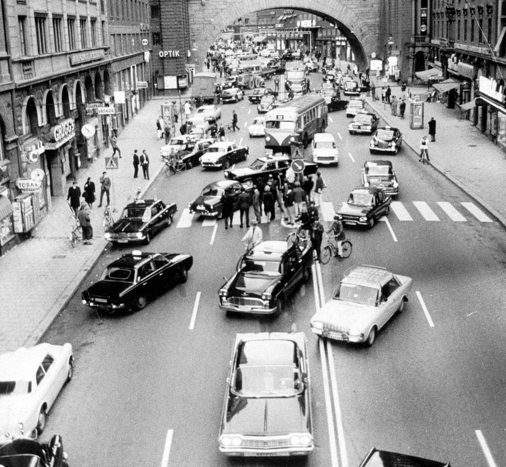 Quang cảnh hỗn loạn vào buổi sáng đầu tiên ở Thụy Điển sau khi đất nước này thay đổi luật lái xe từ làn đường bên trái thành làn đường bên phải vào năm 1967.