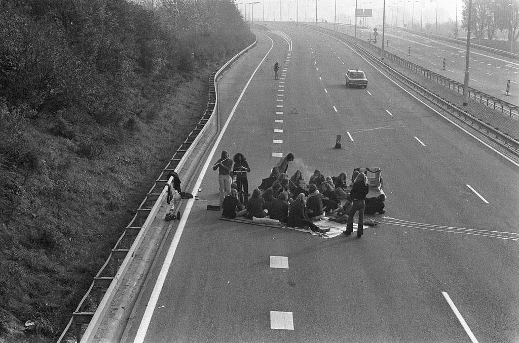 Thậm chí, không ít người còn tổ chức ăn uống ngay trên đường cao tốc nữa cơ!
