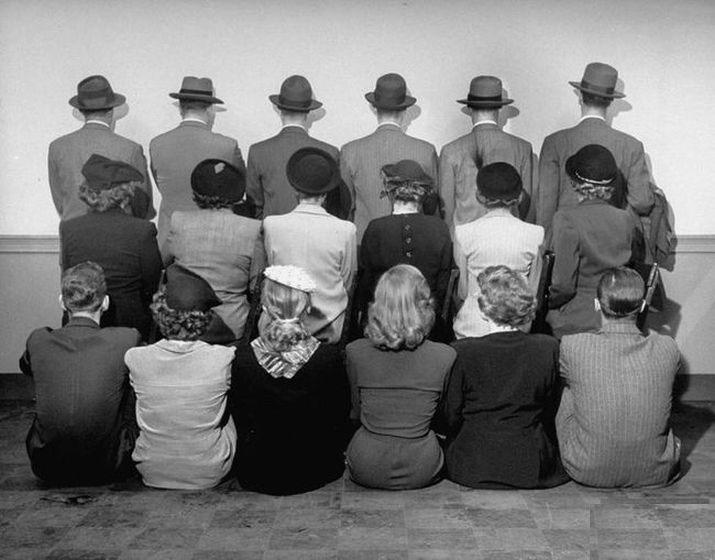 Vì không muốn để lộ danh tính nên khi chụp ảnh lưu niệm, các thám tử đều phải quay lưng lại với xã hội vậy đó.