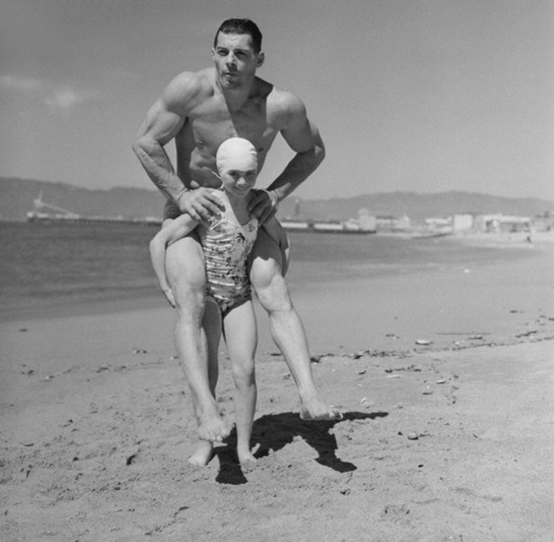 Bạn cho mình là khỏe ư? Vậy thì hãy thử như nữ vận động viên thể hình Patricia O'Keefe này - nâng một người đàn ông 90kg - gấp 3 lần trọng lượng của mình xem (1912).