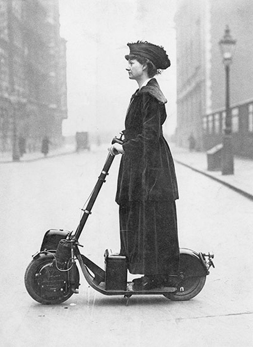 Một trong những chiếc xe Scooter gắn máy đầu tiên trên thế giới.