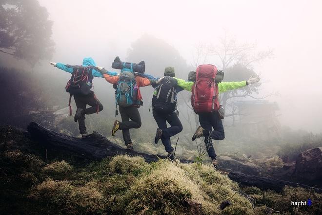 """Trong điều kiện thời tiết giá lạnh, chúng tôi đã chuẩn bị đồ đạc rất cẩn thận. Dưới chân núi lúc này, tầm nhìn khá hạn chế, sương mù đặc quánh như đang """"nuốt lấy"""" những khóm cây phía trước mặt. Giá lạnh thấu xương, nhưng không vì thế mà chúng tôi nản chí."""