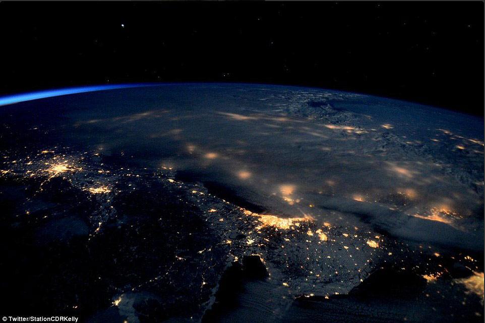 Hình ảnh một số thành phố ở bờ Đông nước Mỹ chìm trong bão tuyết cùng ánh đèn bị che phủ dưới những đám mây dày.