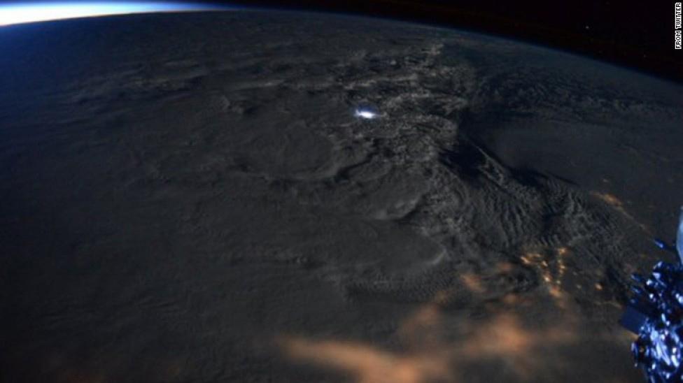 Cơn bão có thể phủ lượng tuyết dày hơn 75 cm tràn qua các bang ở bờ Đông nước Mỹ từ ngày 22/1, gây mất điện trên diện rộng và gián đoạn giao thông ở nhiều tuyến đường.