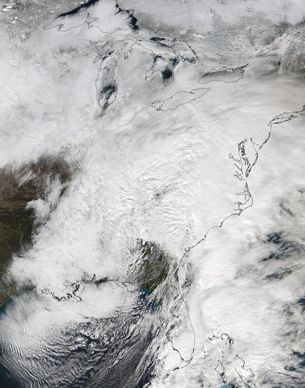 Bão tuyết phủ trắng xóa bờ Đông trong ảnh vệ tinh của NASA. Cơn bão đi theo lộ trình từ các bang Nam Đại Tây Dương, tràn vào bờ Đông, sau đó đi lên phía bắc.
