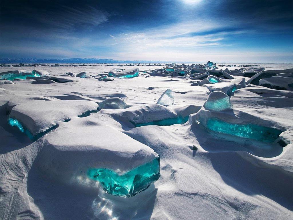 Băng đá trên hồ Baikal ở Nga đẹp long lanh như những viên ngọc lục bảo cực lớn.