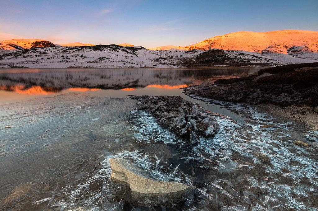 Hồ Belmeken ở công viên quốc gia Rila, Bulgaria, khi mặt trời lên.
