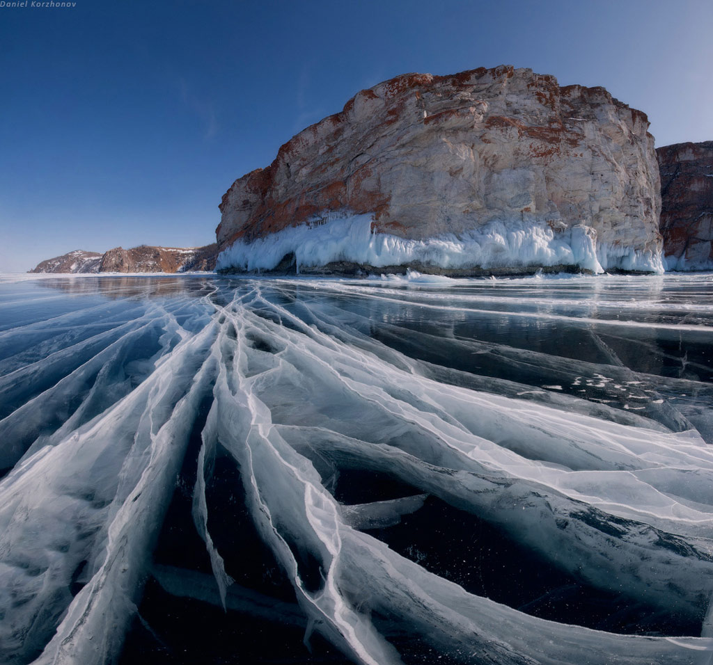 Một góc khác của hồ Baikal với trái núi như con tàu lớn bị mắc kẹt giữa lớp băng dày.