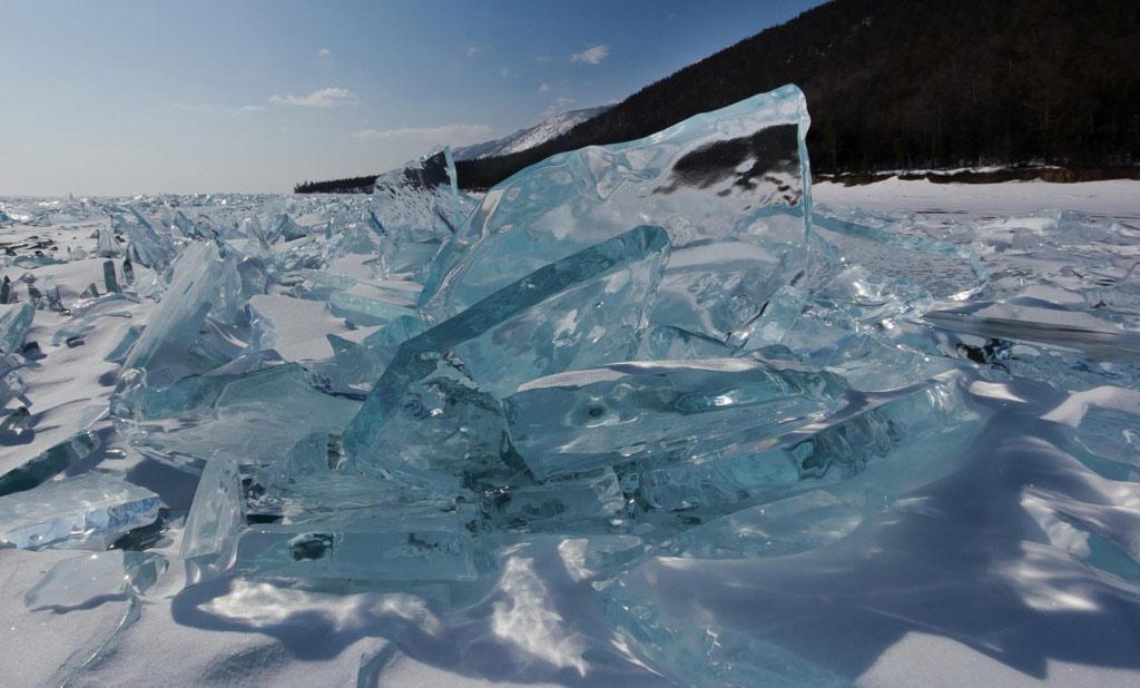 Nước đóng băng trong suốt đâm xuyên lớp tuyết trắng.