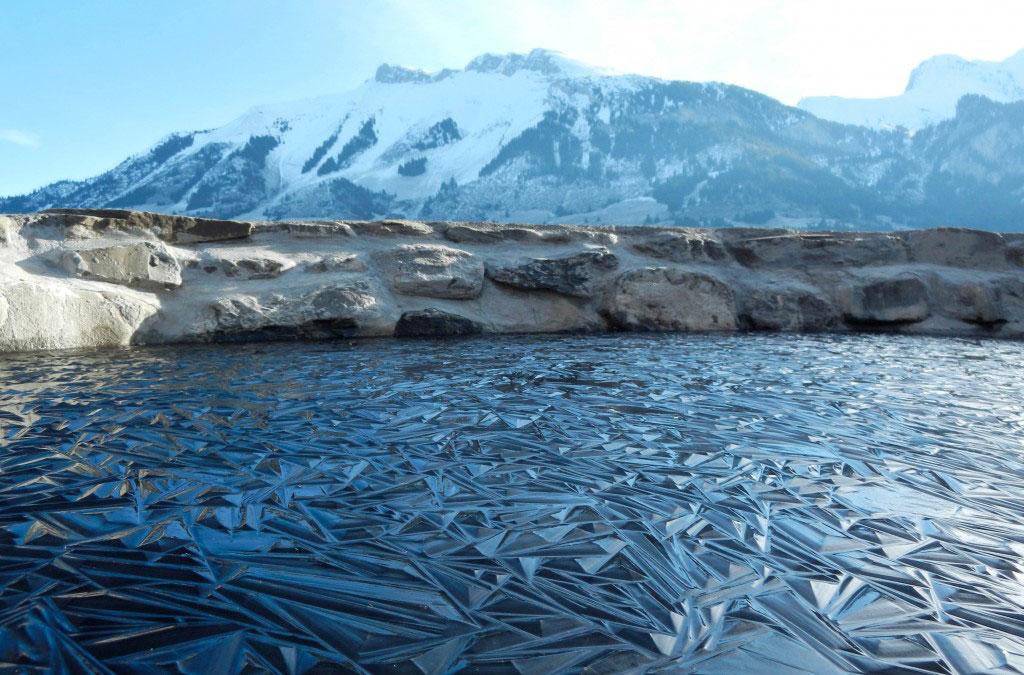 Một hồ nước nhỏ trên núi ở Thụy Sĩ bị đóng băng bề mặt nước, tạo thành những hình khối như pha lê.