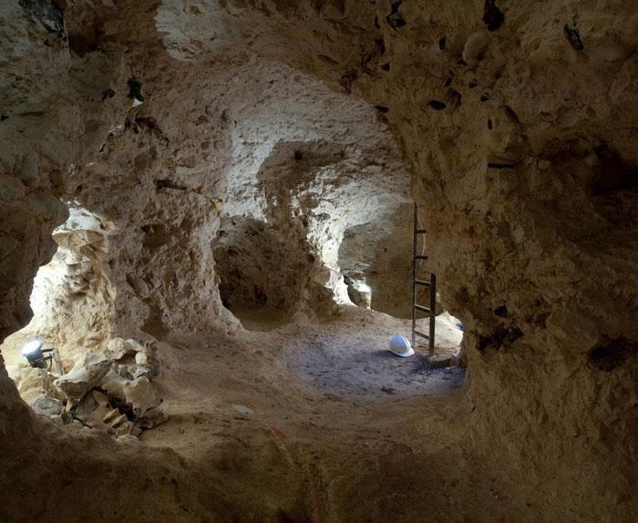 Nằm trong khu vực núi đá vôi Spiennescủa Bỉ, các mỏ đá lửa Spiennes là di tích hết sức độc đáo về cuộc sống của những cư dân thời kỳ đồ đá mới trong lịch sử nhân loại.
