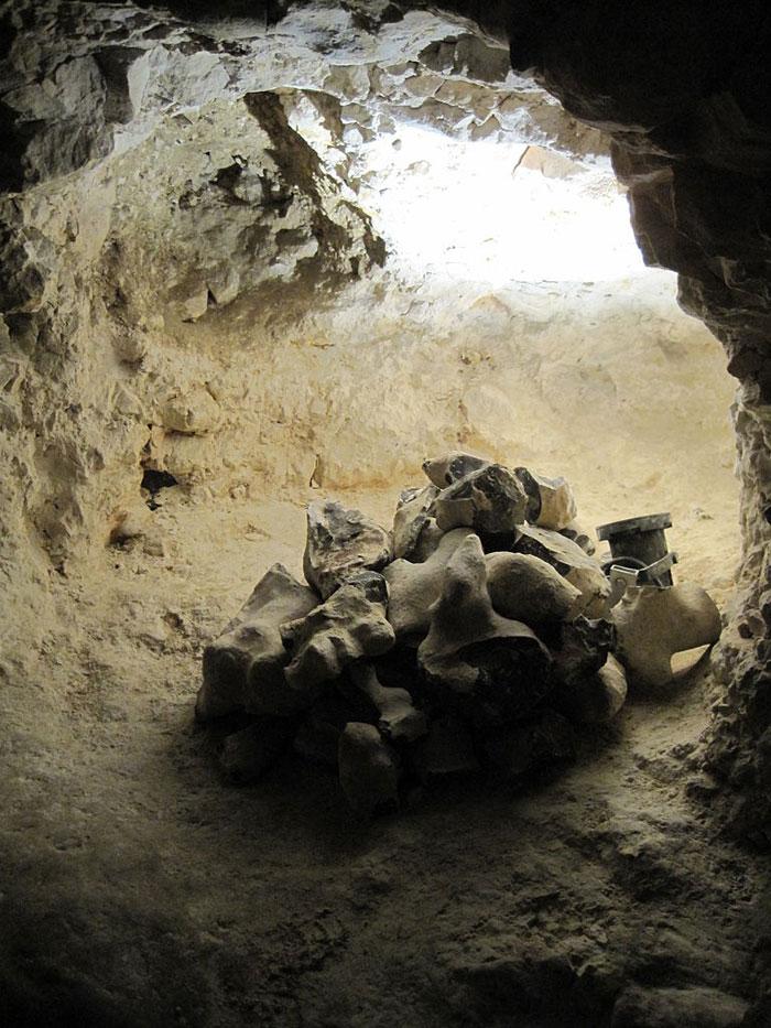 Theo các nhà nghiên cứu, các mỏ đá lửa thời đồ đá mới của Spiennes đã bắt đầu được hình thành và khai thác khoảng 4.000 năm TCN. Việc khai thác tại đây kết thúc khoảng năm 750 TCN.