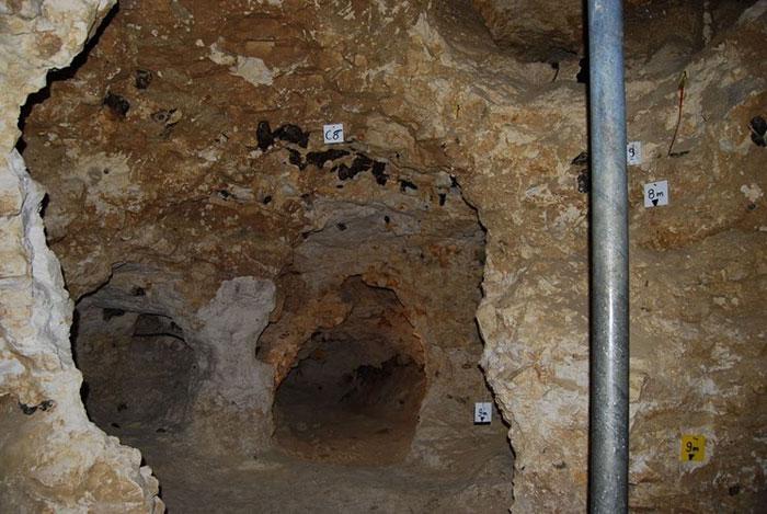 Dấu vết khai thác tại các mỏ đá lửa được phát hiện lần đầu tiên năm 1840, nhưng phải đến năm 1847, mỏ đá này mới được chú ý khi việc xây dựng một tuyến đường sắt qua khu vực được tiến hành.