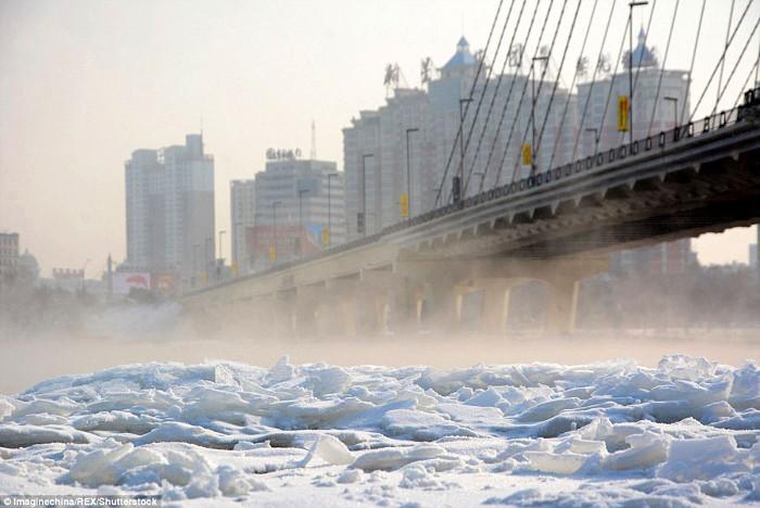 Mặt sông Tùng Hoa ở thành phố Cát Lâm đóng thành băng.