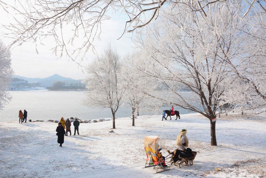 Người dân tản bộ cạnh sông Tùng Hoa giữa khung cảnh lạnh giá nhưng tuyệt đẹp ở tỉnh Cát Lâm