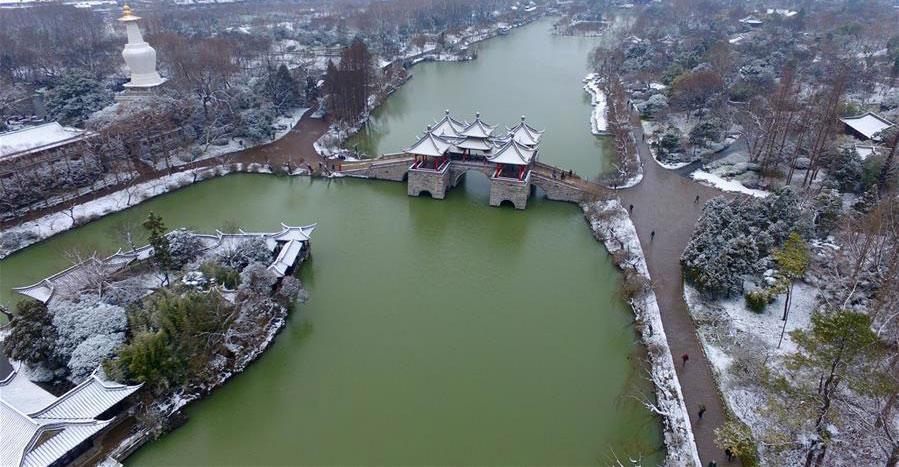 Tuyết rơi trên Sấu Tây Hồ ở ngoại ô thành phố Dương Châu, tỉnh Giang Tô. Màu trắng của tuyết càng làm nổi bật màu xanh của nước hồ.
