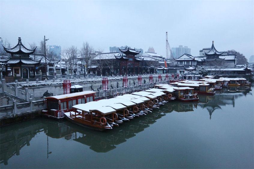 Nam Kinh cổ kính như trở nên tĩnh lặng, suy tư hơn dưới làn tuyết mỏng.