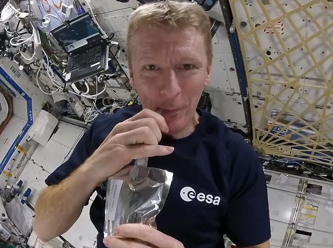 Các nhà du hành vũ trụ không được uống nước bằng cốc như chúng ta.