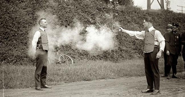 Thử áo chống đạn