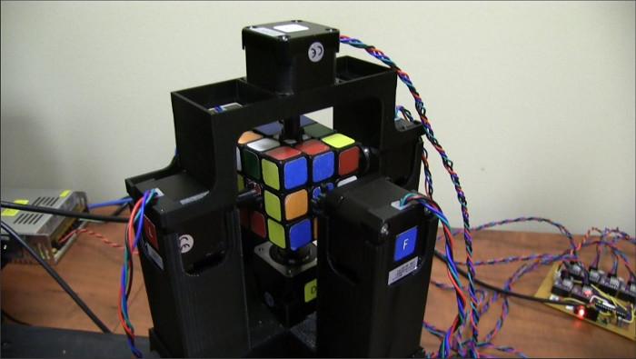 Robot giải rubik do Jay Flatland và Paul Rose chế tạo.