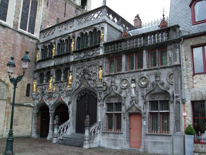 Nhà thờ Heilig-Bloedbasiliek nổi tiếng không chỉ bởi kiến trúc đẹp mắt