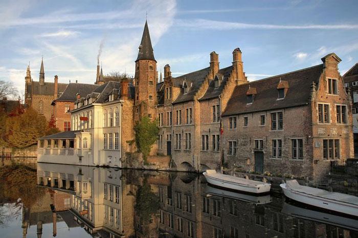Có một khoảng thời gian dài, Brugge đã bị rơi vào quên lãng nhưng từ đầu thế kỷ 20 tới nay, thành phố đã tìm lại được sự huy hoàng vốn có của mình trong lịch sử.